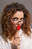 Dziewczyna całuje lizaka z szkłami zdjęcie royalty free