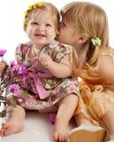 dziewczyna całowanie jej siostra Obrazy Stock