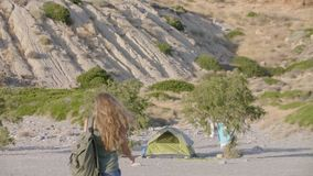 Dziewczyna camping na plaży zdjęcie wideo