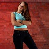 dziewczyna ceglana nad pretensjonalny wall zdjęcia stock