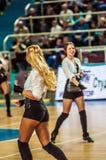 Dziewczyna Cheerleading pojawiać się na sceny dopasowaniu Euroleague koszykówki FIBA kobiety Fotografia Royalty Free