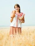 dziewczyna chlebowy śródpolny dzbanek Fotografia Royalty Free