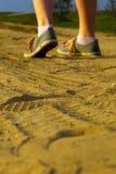 Dziewczyna chodząca w piasku daleko od Zdjęcie Royalty Free