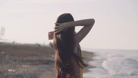 Dziewczyna chodzi bosego wzdłuż seashore zbiory wideo