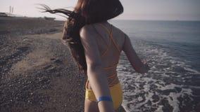 Dziewczyna chodzi bosego wzdłuż seashore zbiory