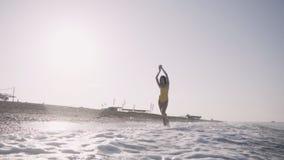 Dziewczyna chodzi bosego wzdłuż seashore zdjęcie wideo