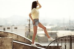 Dziewczyna chodzi na dachu Miasto przy t?em obrazy stock