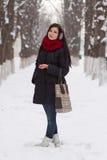 Dziewczyna chodzi outdoors w zimie Fotografia Stock