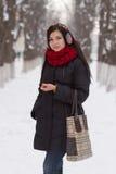 Dziewczyna chodzi outdoors w zimie Zdjęcia Royalty Free