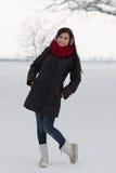 Dziewczyna chodzi outdoors w zimie Obraz Stock