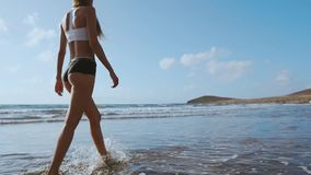 Dziewczyna chodzi plażę w wodzie i zbiory wideo