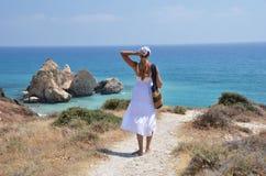 Dziewczyna chodzi plaża Obraz Royalty Free