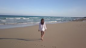Dziewczyna chodzi samotnie na plaży zbiory