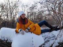 Dziewczyna chodzi w śnieżystego parka zdjęcie royalty free