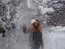 Dziewczyna chodzi w śnieżystego parka obrazy stock