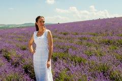 Dziewczyna chodzi w lawendowym polu Obraz Royalty Free