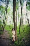 Dziewczyna chodzi w parku fotografia royalty free