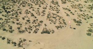 Dziewczyna chodzi w pustynnym jeziora El mirażu z balonami Powietrzny truteń Październik 2017 zbiory wideo