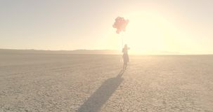 Dziewczyna chodzi w pustynnym jeziora El mirażu z balonami Powietrzny truteń Październik 2017 zdjęcie wideo