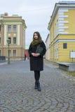 Dziewczyna chodzi wokoło miasta z książką, Obrazy Royalty Free