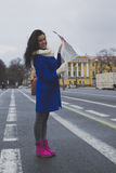 Dziewczyna chodzi wokoło miasta z mapą Zdjęcie Stock