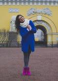 Dziewczyna chodzi wokoło miasta Obraz Royalty Free