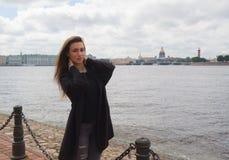 Dziewczyna chodzi wzdłuż nabrzeża Peter i Paul fortecy Zdjęcie Royalty Free