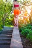 Dziewczyna chodzi wzdłuż parapet zdjęcie royalty free