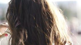 Dziewczyna chodzi wzdłuż ulicy, jej włosy lata zdjęcie wideo