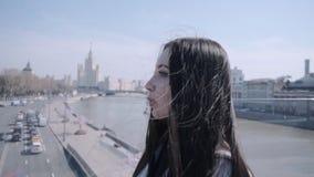 Dziewczyna chodzi wzdłuż zwyczajnego mosta zdjęcie wideo