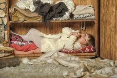 Dziewczyna chująca na półce Fotografia Royalty Free