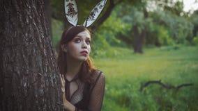 Dziewczyna chuje za drzewem za drzewem Przestraszył patrzeć zbiory