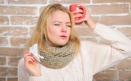 Dziewczyna chwyta herbaciany kubek i tkanka Cieknący nos i inni objawy zimno Pijący obfitość fluid znacząco dla zapewniać pośpies fotografia stock