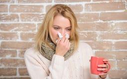 Dziewczyna chwyta herbaciany kubek i tkanka Cieknący nos i inni objawy zimno Pijący obfitość fluid znacząco dla zapewniać pośpies zdjęcia royalty free