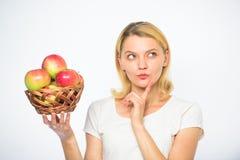 Dziewczyna chwyta jabłek bielu koszykowy tło Kulinarny przepisu pojęcie Kobiety rozważna twarz wchodzić na górę z pomysłem co got zdjęcia royalty free