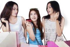 Dziewczyna chwyta kredytowa karta i torba na zakupy w studiu Obrazy Royalty Free