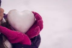 Dziewczyna chwyta lodu serce Miłość Zdjęcia Royalty Free