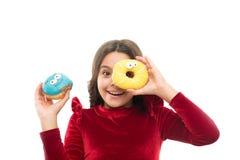 Dziewczyna chwyta pączka bielu słodki tło Dziecko głodny dla słodkiego pączka Cukierów poziomy i zdrowy odżywianie nutritionists zdjęcie royalty free