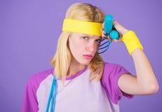 Dziewczyna chwyta skokowej arkany odzieży jaskrawi wristbands Kobieta ćwiczy z skokową arkaną Skokowy wyzwanie tydzień properer obraz royalty free