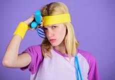 Dziewczyna chwyta skokowej arkany odzieży jaskrawi wristbands Kobieta ćwiczy z skokową arkaną Skokowy wyzwanie tydzień properer zdjęcie stock