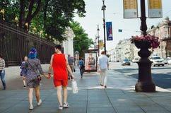 Dziewczyna chwyta spacer wzdłuż Nevsky perspektywy St Petersburg i ręki obraz royalty free