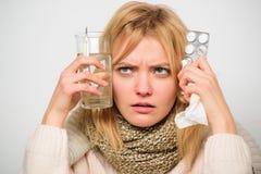 Dziewczyna chwyta szkła wody pastylki i termometru tła lekki zakończenie up Dostawać ono pozbywa się grypa Dostawać szybką ulgę S obraz royalty free