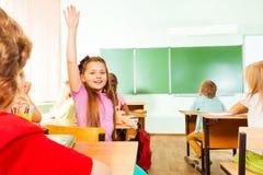 Dziewczyna chwyty wręczają up obracają z powrotem w sala lekcyjnej zdjęcia royalty free