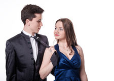 Dziewczyna ciągnie jej chłopaka krawat Walentynki para Fotografia Stock