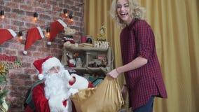 Dziewczyna ciągnie Santa ` s brodę zbiory wideo