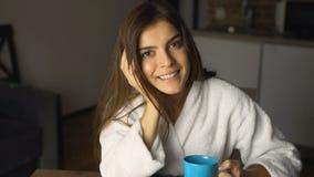 Dziewczyna Cieszy się Kawowego czas zdjęcie wideo