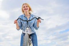 Dziewczyna cieszy się krótko cykl wycieczkę turysyczną z przerw offs wzdłuż sposobu i podróżuje Czasu wolnego kolarstwo jest o wi obraz royalty free