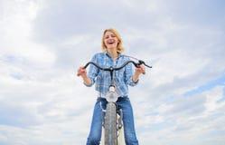 Dziewczyna cieszy się krótko cykl wycieczkę turysyczną z przerw offs wzdłuż sposobu i podróżuje Kobieta lubi jechać rower Dziewcz obrazy stock