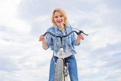 Dziewczyna cieszy się krótko cykl wycieczkę turysyczną z przerw offs wzdłuż sposobu i podróżuje Dziewczyna trzyma handlebar rower zdjęcia royalty free