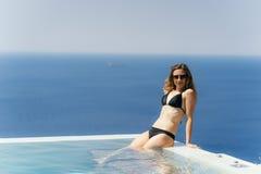 Dziewczyna Cieszy się lato w basenie fotografia royalty free